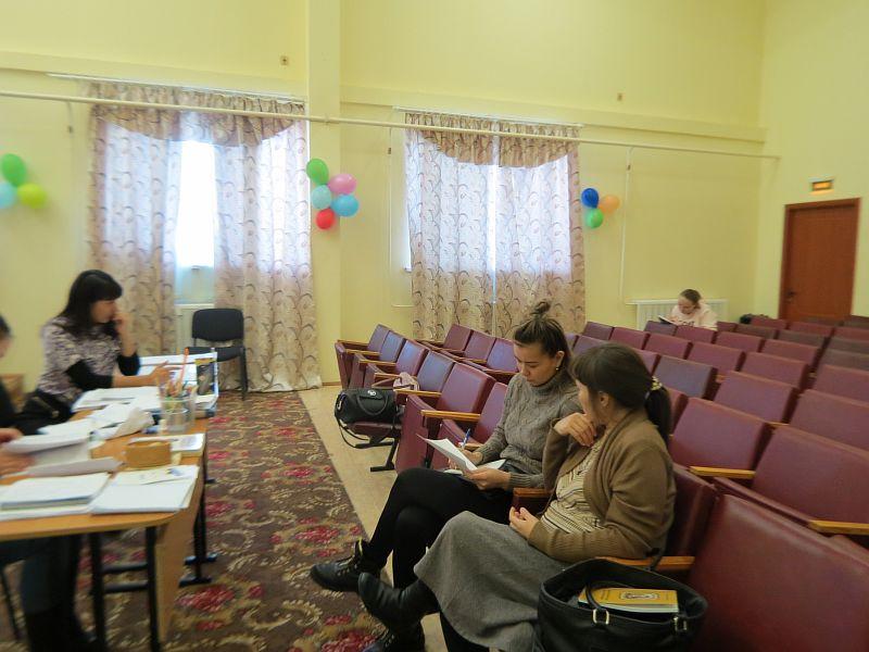 Жуманиезова Е.Р., учитель родного языка, принимает изученную тему у студентки ПНК