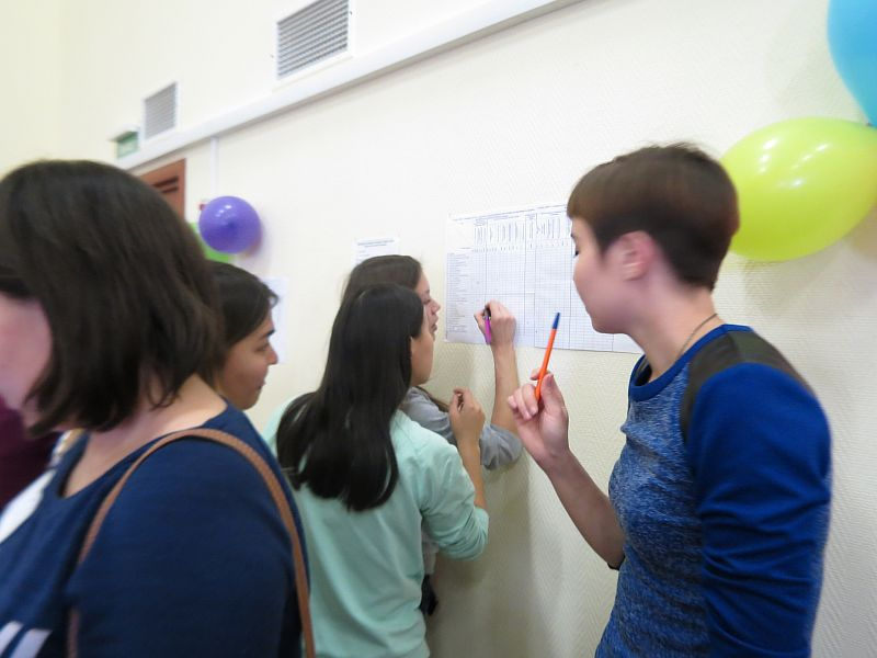 Студенты делают отметки в табло учёта